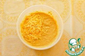 Вылейте жидкую смесь к сухой, перемешайте. Добавьте 3/4 сыра.