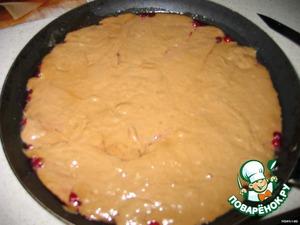6. Разогреть духовку до 180° С. В сковороду поверх груши и клюквы аккуратно вылить тесто, поставить в духовку на 25 минут.