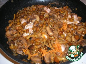 5. Add mushroom mixture, fry for about five minutes.