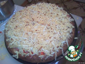 The remaining (100g) cheese mixed with plain (200g) and sprinkle so Dobrenko our pizza...  And duhovochku until browned cheese, I have nminutos 15 left....