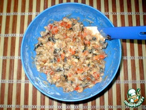 In the dough put the apricots, prunes, raisins and nuts, a little spice, like vanilla or nutmeg. Mix everything.