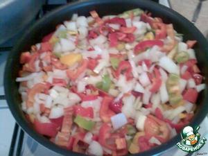 Пока варятся помидоры, лук и болгарский перец режем соломкой и обжариваем в 0,5стак. растительного масла до мягкости.