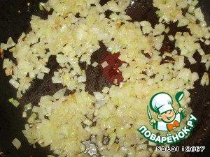 Очищенный репчатый лук нарезать мелким кубиком и обжарить на сковороде с добавлением растительного масла до золотистого цвета.