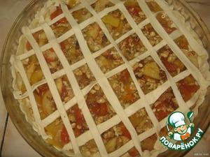 Оставшееся тесто разрезаем на полосочки и делаем решёточку.
