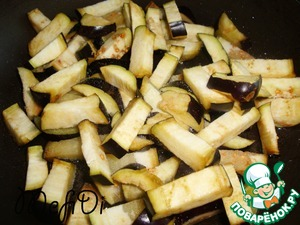 Cut the eggplant cubes and fry in oil.
