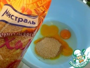 Eggs vzbit in a solid foam with a pinch of salt and sugar. Carefully pour the sifted flour.