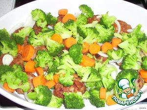 Положить отварные овощи на котлеты, добавить лук