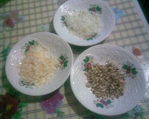 Сыр натереть на терке, лук и грецкие орехи мелко нарезать.