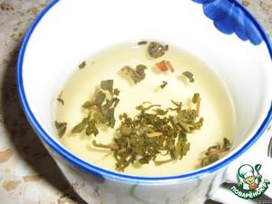 Чай заварила, добавила туда еще листья малины и фруктовый чай с яблоками и вишней.