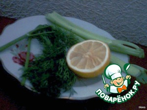 Посолить снаружи и внутри, поперчить, сбрызнуть лимонным соком и... оставить в покое минут на 10, тем временем нарезать зелень и лимон, чуть присолить и уложить в брюшко карася.