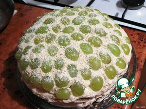 The top cake spread with cream and put him grapes, cut in half. All this beauty to preporuciti grated white chocolate