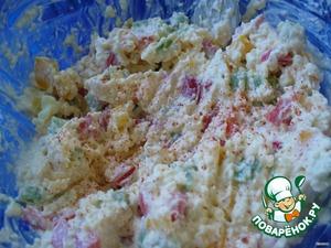 Плавленый сыр натереть на мелкой терке (предварительно его лучше положить в морозилку минут на 10 - удобней будет тереть). Вилкой тщательно перемешать сыр, перец, давленый чеснок, паприку, и, если добавляете, майонез.
