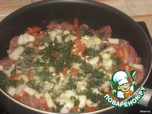 Выложить все ингридиенты в сотейник, посолить, поперчить, добавить зелень, сушеный базилик.