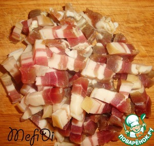 Cut into cubes bacon salt. Pour 1,5 l of water. Put on the fire. Cook for 1 hour.
