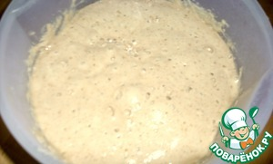 Prepare the dough. Take a container with a lid, yeast (2.5 g) dissolved in water (175 g), add the whole rye (25g) and part wheat flour (150 g), mix well, cover and leave overnight in the fridge.