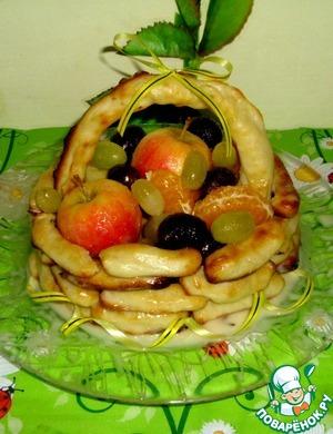 Cобираем корзинку: Обмакиваем каждую палочку в сметанный крем и выкладываем корзинку на тарелку. Корзинку заполняем ягодами и фруктами в карамели. Получается красотища!