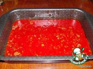 1/5 часть приготовленного соуса вылить в форму для запекания,