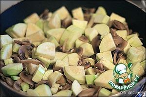 После того, как грибы наполовину готовы, в сковородку зафигачиваются кабачки с чесноком.