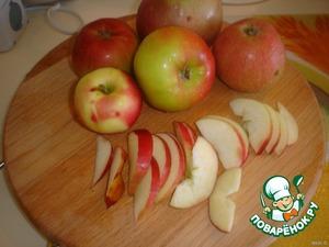 Яблоки нарежем на крупные дольки