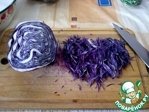 Half a head of red cabbage finely cut. By the way, the name of the salad this cabbage has a direct relationship, but more on that later. Then shredded in a bowl.