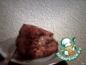 Уложить мясо на фольгу (чтоб потом не скоблить противень) и поставить в печку на час при температуре 210-220 градусов. Периодически поливать выделившимся соком. При готовности нарезать тонкими кусочками.
