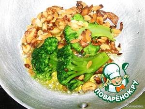 Кладем броколли, орегано, соль, перец жарим 2-3 минутки