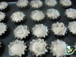 In metal molds, insert the capsule paper-cupcakes.  Fill with dough to 3/4 of the form.  Bake for 30 minutes at t-re 180 degrees.