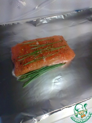 Needles (120 g), wash in cold water, dry, drizzle with remaining olive oil. To prepare a double-layered foil sheets (see the fish pieces). On each sheet put half of the needles, they are a piece of fish, top with some more needles.