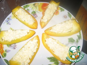 Перец намазать сырно-яично-огуречной смесью.