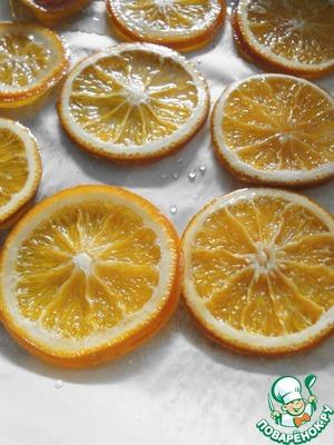 Для начала, немного об апельсинах в карамели. Можно, конечно, и взять готовые цукаты. Но когда я попробовала эти апельсины, спасибо Оле orudakva http://www.povarenok .ru/recipes/show/614 85/,  то решила, что магазинные им в подметки не годятся. Может, это и грубо сказано, но так…..