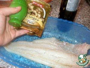 Филе белой рыбы замариновать в смеси сока лайма и имбиря на 20 минут.