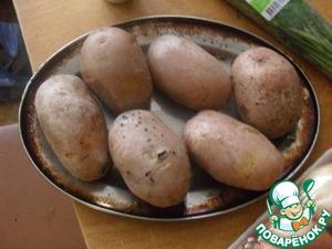 Варим картофель, у меня красный, проверенный – держащий форму, остужаем его.