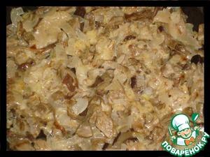 Готовим начинку для картофеля.    Грибы мелко нарезаем и кладём на разогретую сковороду. После того, как испарится жидкость, добавляем сливочное масло и мелко нарезанный лук. Когда лук будет готов, добавляем сливки (сметану), тушим минут пять, солим, перчим и выключаем.   Пока грибы слегка остывают, натираем на мелкой тёрке сыр и добавляем к грибам, перемешиваем.