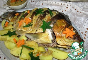While the carp was cooked boiled potatoes.  We spread it on a dish with fish, pour the sauce...