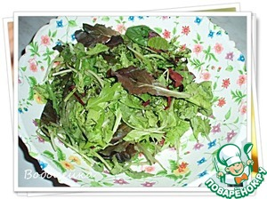 For this salad use salad mix (any part of the mix at will and to taste). It can be bought in the store, and you can prepare yourself. I used ready to sell in the store (packaged in boxes of approximately 200 gr.)  Salad wash, dry and, if necessary, to cut.