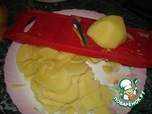 Potatoes grate or cut into slices.