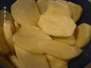 Картофель очистим, нарежем тонкими кружочками и проварим в кипящей воде мин. 5, чтобы сократить время запекания в духовке, посолим, сбрызнем растительным маслом.