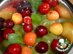 The balls of watermelon and cantaloupe, add grapes, cherries, currants, gooseberries, blackberries and gently stir.