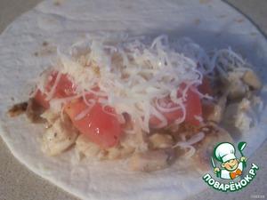 Берём одну тортилью кладём 2ст.л. мяса, потом 1 ст.л. помидор, и обильно посыпаем сыром.