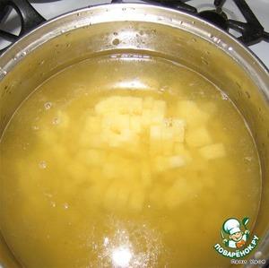 Ставим бульон на огонь, проверяем на соль, закидываем вариться картошку