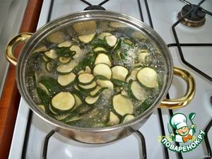 One liter of water, add 170 ml of vinegar, 1.5 tablespoon salt, 0.5 tablespoons of sugar, after the solution boils, add the dried zucchini. Cook for 15 minutes until they harden.