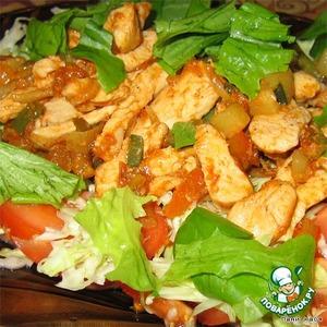 на блюдо выложить капусту с помидорами, сверху (горячим!) - курицу, полить все соусом.   Дать чуть-чуть подстыть (капуста станет теплой), можно перемешать, а можно и так есть! Сочно, вкусно...