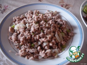Then, fry the minced meat with onion, celery, mint and spices that You like..  When roasting beef, butter, I almost did not add, pour in water a bit of fat there still missing.  All the fried ingredients to cool.