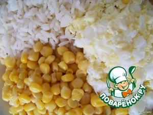 Яйца крошим помельче, можно на терке потереть, добавляем рис, кукурузу.
