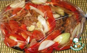 Кладем бедра в рукав для запекания и обкладываем овощами.