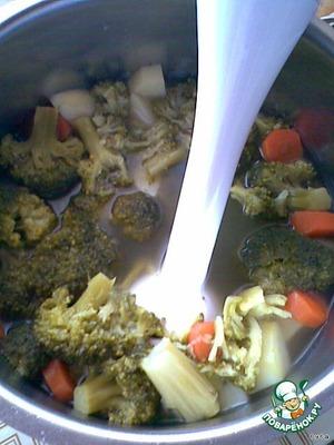 Когда овощи сварятся - размять их до однородной массы, лучше в блендере.