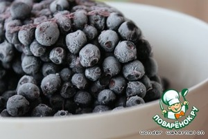 Form for units 20-23 cm in diameter.  Blueberries, if fresh, rinse with cold water if frozen - defrost in refrigerator or at room temperature, pour off the juice.