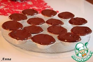 Coat the cupcakes with chocolate and put in refrigerator.