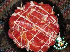 Then a layer of sliced tomato, again grid of mayonnaise.