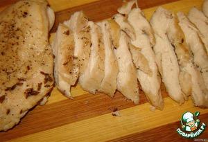 Порезать кусочки курицы острым ножом на пластинки, толщиной около 5 мм.